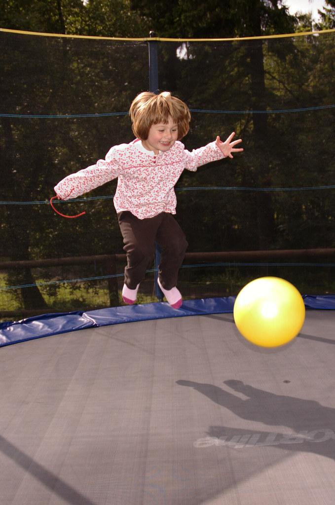 kid on trampolines fotografia